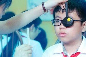 Những thói quen khiến trẻ dễ rơi vào mù lòa