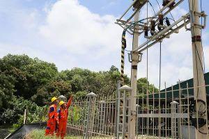 Một ngày theo chân người thợ điện nơi hải đảo