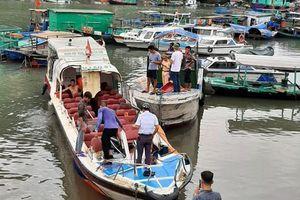 Quảng Ninh: Tàu cao tốc bay nóc sau khi tông tàu buôn hải sản, nhiều người bị thương