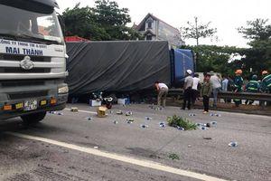 Xe tải lật đè nhiều công nhân đang sang đường
