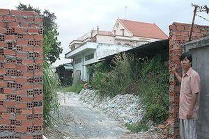 Đình chỉ điều tra 3 thanh niên đập bức tường xây trái phép