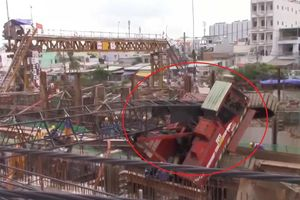 Hiện trường cần cẩu đổ ập, làm sập nhà dân ở TP.HCM