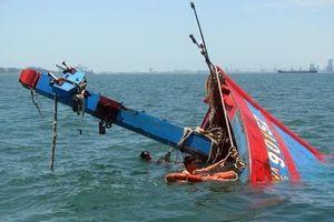 Tàu cá chìm ngoài khơi, 4 ngư dân thoát chết