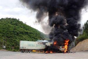 Quảng Bình: Xe container bốc cháy gần trạm xăng trên quốc lộ 12A