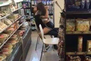 Cạn lời với cặp đôi thản nhiên 'diễn cảnh nóng' phản cảm giữa cửa hàng tiện lợi