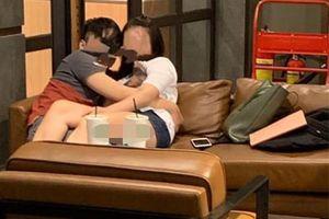 Nóng mắt đôi trẻ nằm ôm nhau giữa quán cafe như trong phòng ngủ