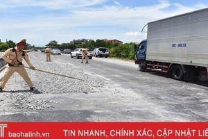3 cán bộ, chiến sỹ CSGT Hà Tĩnh dọn đá giữa trưa nắng trên QL 1A