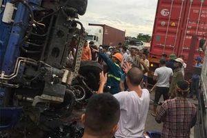 Nóng: Đứng xem hiện trường tai nạn, ít nhất 5 người bị ô tô tải lật đè tử vong ở Hải Dương