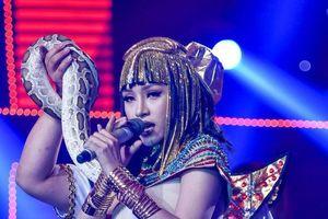 Bích Tuyết hóa thành nữ hoàng Ai Cập, biểu diễn cùng trăn