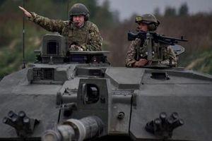 Ngỡ ngàng tân Thủ tướng Anh ngồi siêu xe tăng ở Estonia