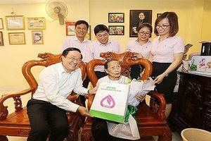 Ngân hàng Chính sách xã hội Việt Nam thăm các Mẹ Việt Nam Anh hùng