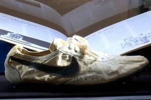 Đôi giày Nike được bán với mức giá kỷ lục gần 450.000 USD
