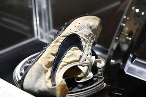 Video cận cảnh đôi giày của Nike được bán với giá kỷ lục