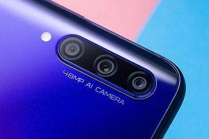 Cận cảnh smartphone 3 camera sau, cấu hình tốt, pin 'trâu', giá 'mềm'