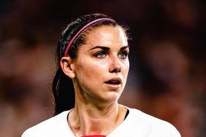 Nữ tuyển thủ đội Mỹ móc mũi rồi cho vào miệng