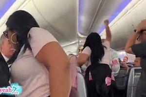 Mải 'tia' cô gái khác, anh chàng bị bạn gái cầm laptop đập liên tục vào đầu và đuổi đánh ngay trên máy bay