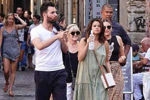 Selena Gomez vui vẻ dạo phố cùng bạn trai tin đồn ở Italy