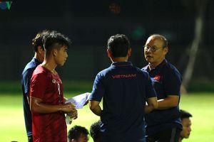 HLV Park Hang Seo xắn tay áo 'dạy dỗ' Huỳnh Tấn Sinh