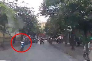 Clip: Thanh niên đâm phải ô tô sau khi giơ 'ngón tay thối' thách thức công an