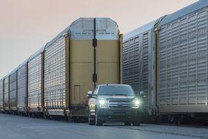 Bán tải điện F-150 phô diễn sức mạnh khi kéo 10 toa tàu nặng 453 tấn