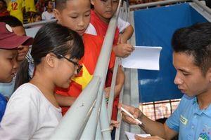 Nguyễn Phong Hồng Duy truyền lửa cho bóng đá nhi đồng