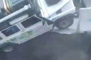 Sốc: Thót tim khoảnh khắc hố tử thần 'nuốt chửng' ô tô