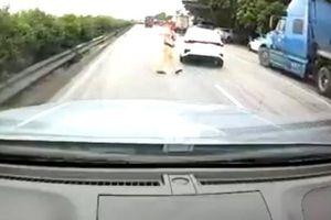 Clip CSGT Hải Dương ra giữa quốc lộ bắt dừng ô tô: Nếu bị tông, ai chịu trách nhiệm?