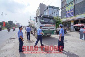 Mật phục dẹp 'tận gốc' nạn xe quá tải trên tuyến đê Hữu Hồng