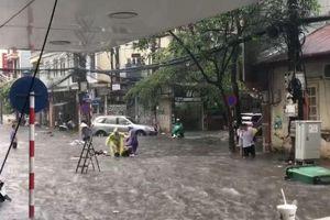 Clip: Hà Nội mưa lớn, ô tô cùng xe máy 'thi bơi' trên phố