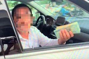 Người 'giơ bọc tiền cố thủ trong xe Mercedes' là nhân viên thu ngân