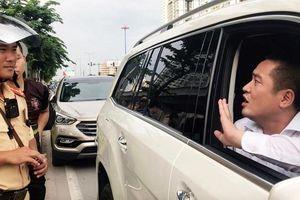 Người ôm nhiều cọc tiền cố thủ trên chiếc Mercedes giá 5 tỷ là ai?