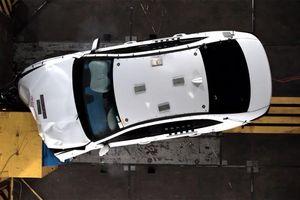 Video thử nghiệm: Ô tô VinFast bị đâm nát đầu