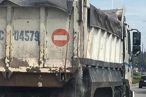 Bình Dương: Xe ben vừa chạy vừa rải đất đá xuống đường Mỹ Phước- Tân Vạn