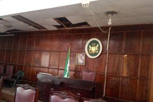 Rắn rơi xuống từ trần nhà, phiên họp của các nghị sĩ Nigieria hỗn loạn