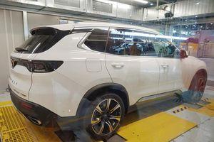 'Không giống ai', VinFast bàn giao xe Lux tới khách Việt tại nhà máy