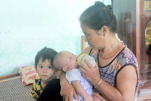 Tương lai mờ mịt hai đứa trẻ mất mẹ còn khát sữa