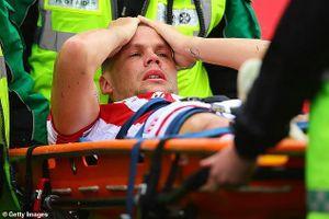 Cầu thủ suýt hủy hoại sự nghiệp Ramsey bị CĐV mỉa mai sau chấn thương khủng khiếp