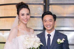 Cường Đô la ân cần sửa váy cho Đàm Thu Trang trong lễ cưới