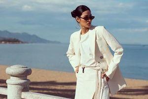 Á hậu Hoàng Thùy tạo dáng 'cực ngầu' bên bờ biển Nha Trang