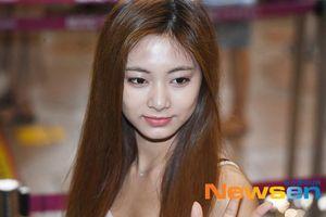 Irene tựa nữ thần, Tiffany (SNSD) áp đảo thần thái của Red Velvet và TWICE tại sân bay