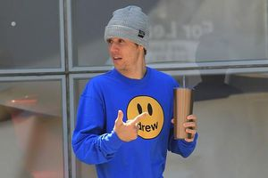 Justin Bieber mặc quần 'rách' ra phố sau tuyên bố kết hôn vào tháng 9