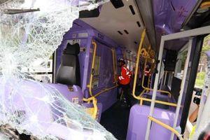 Kinh hoàng xe buýt tông nhau ở Hong Kong, 80 người bị thương