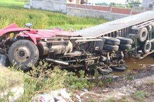Thanh Hóa: Mất lái, xe container lật nghiêng dưới ruộng lúa
