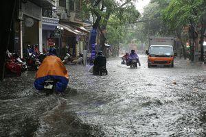 Mưa to các tuyến phố Hà Nội lại 'biến hình' thành sông