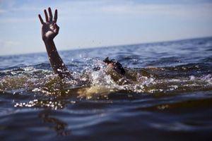 6 học sinh tắm biển Đà Nẵng, 2 em bị sóng cuốn mất tích