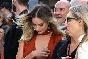 Margot Robbie suýt bị hớ hênh khi ra mắt phim trên thảm đỏ