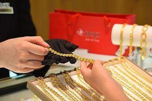 Giá vàng tiếp tục tăng cao, thị trường chờ động thái từ Mỹ