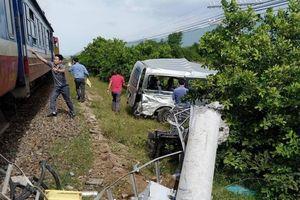 Ô tô 16 chỗ 'tranh đường' tàu hỏa ở Bình Thuận, 3 người tử vong