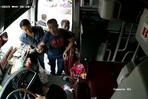 CLIP - Lái xe nhà xe Cúc Mừng bị đối tượng lạ đấm túi bụi vào người