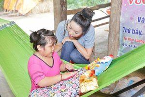 NSƯT Trịnh Kim Chi kêu gọi xây nhà cho cô bé đáng thương ở cạnh chuồng bò